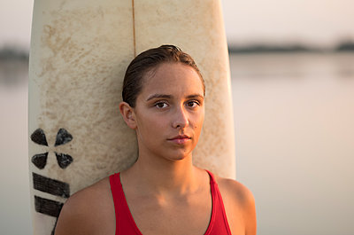Young woman with surfboard - p552m2020165 by Leander Hopf