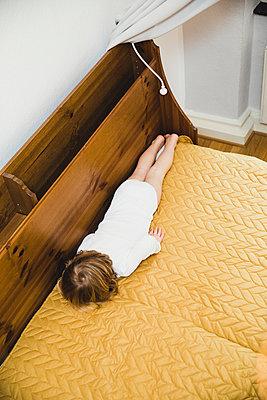Kind im Bett - p904m2063428 von Stefanie Päffgen