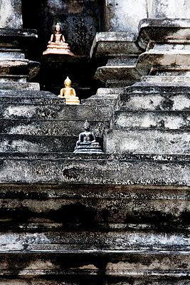 Buddha Figuren in einem Tempel - p979m1036140 von Andreas Pufal