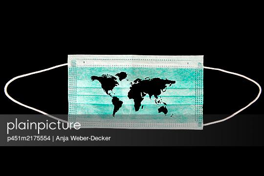 Munschutz mit Weltkarte - p451m2175554 von Anja Weber-Decker