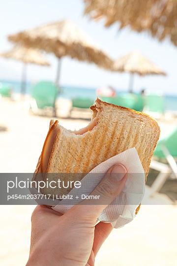 Mittag am Strand - p454m2037717 von Lubitz + Dorner