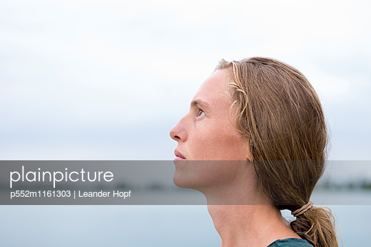 Junge Frau im Profil - p552m1161303 von Leander Hopf