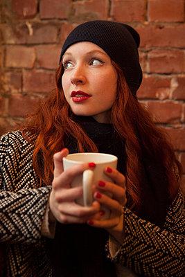 Im Café aufwärmen - p045m1208198 von Jasmin Sander