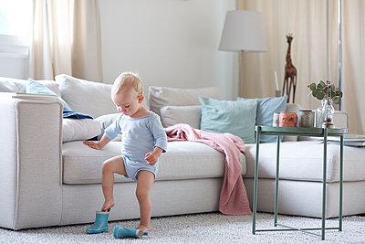 Kind übt Schuhe anziehen - p606m1492847 von Iris Friedrich