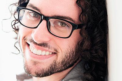 Caucasian man smiling - p555m1410590 by JGI/Tom Grill