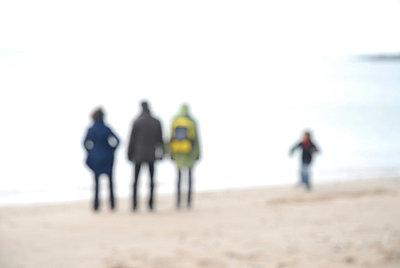 Drei Erwachsene und ein Kind am Strand - p567m667650 von AURELIAJAEGER