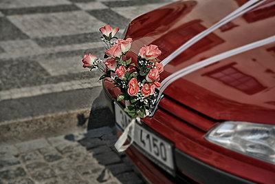Car of the bride - p631m913069 by Franck Beloncle