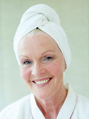 Altere Frau nach dem Haarewaschen  - p6430363f von senior images RF