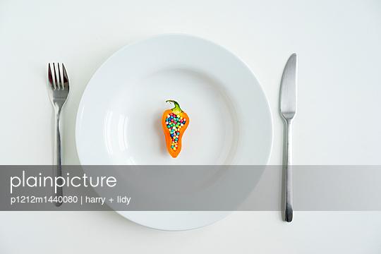 Paprike gefüllt mit buntem Zuckerstreusel - p1212m1440080 von harry + lidy