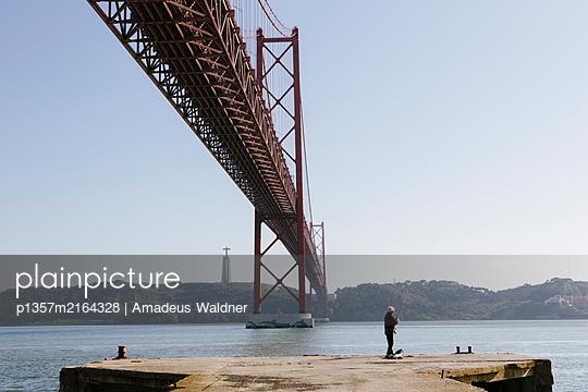 Fischer am Tejo unter der Brücke Ponte 25 de Abril, Lissabon - p1357m2164328 von Amadeus Waldner