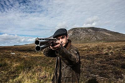 Jäger zielt mit einem Jagdgewehr - p1082m2022005 von Daniel Allan