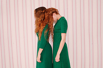 Two young girls wearing green coloured dresses - p1413m2072791 by Pupa Neumann