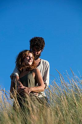 Junges Paar den in Dünen - p1212m1168693 von harry + lidy