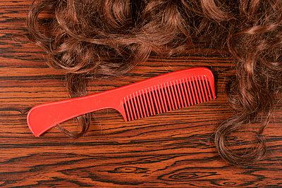 Kamm und Haarteil - p1650425 von Andrea Schoenrock