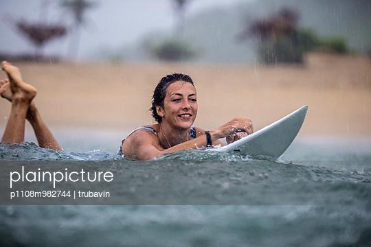 Surfen bei Regen - p1108m982744 von trubavin