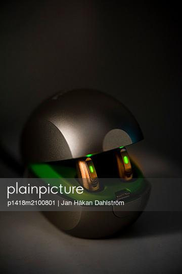 Kleiner grüner Roboter mit Augen - p1418m2100801 von Jan Håkan Dahlström