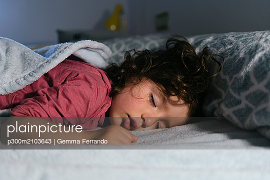 Portrait of dreaming little girl - p300m2103643 by Gemma Ferrando
