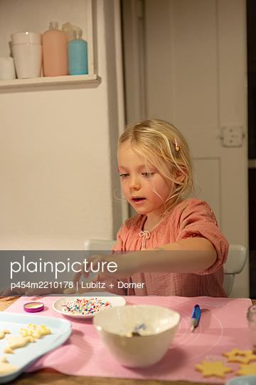 Decorating cookies - p454m2210178 by Lubitz + Dorner