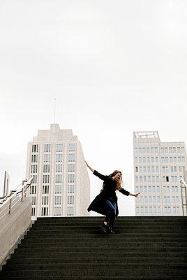 Junge Frau auf der Treppe - p1212m1138960 von harry + lidy