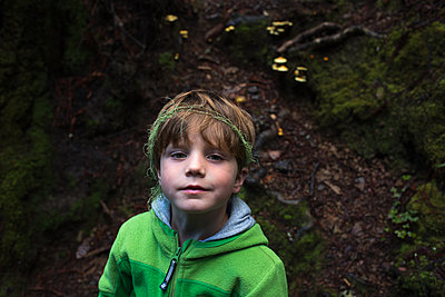 Kind im Wald - p1308m2065265 von felice douglas