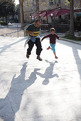 Vater und Tochter laufen um die Wette, Toskana, Italien - p1316m1160478 von Enno Kapitza
