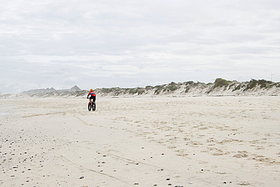 South Africa, Mountain biker on the beach - p1640m2242082 by Holly & John