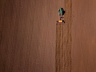 Russia, Aerial view of tractor plowing brown field - p300m2198578 by Konstantin Trubavin