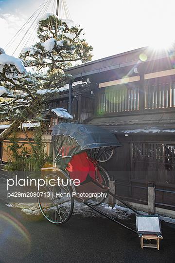 Traditional rickshaw parked outside traditional house, Takayama, Gifu, Japan - p429m2090713 by Henn Photography