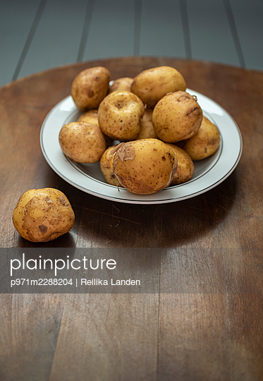 Potatoes on table - p971m2288204 by Reilika Landen