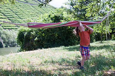 Junge im Garten - p1308m1136760 von felice douglas