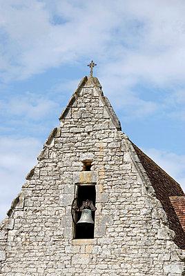 Kirche mit kleiner Glocke - p260m918282 von Frank Dan Hofacker