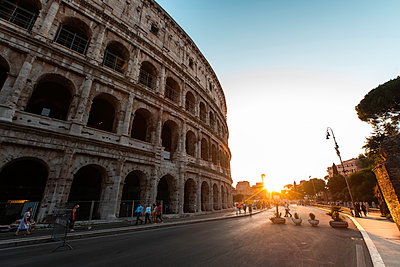 Low angle view of tourists walking on street outside Colosseum, Rome - p623m2271903 by Pablo Camacho