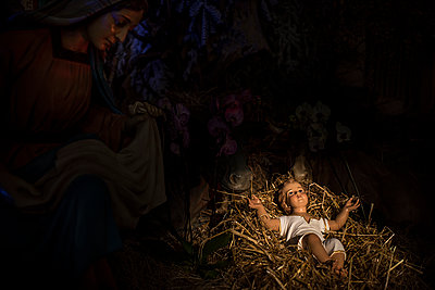 Jesus and Maria statues in nativity christmas scene  - p1007m1540387 by Tilby Vattard