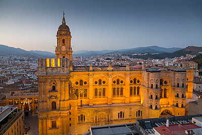 Elevated view of Malaga Cathedral at dusk, Malaga, Costa del Sol, Andalusia, Spain, Europe - p871m1480379 by Frank Fell