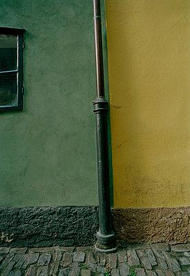 Regenrohr an Hauswand in Prag - p9791916 von Kriwy