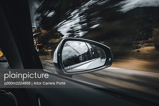 Side-view mirror reflection of moving car - p300m2224858 by Aitor Carrera Porté