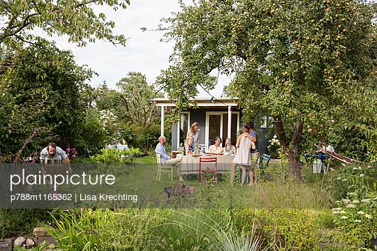 Freunde feiern eine Gartenparty - p788m1165362 von Lisa Krechting