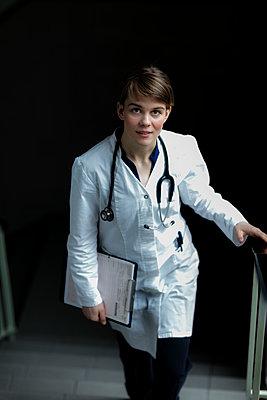Junge Ärztin - Treppe - p1212m1123197 von harry + lidy