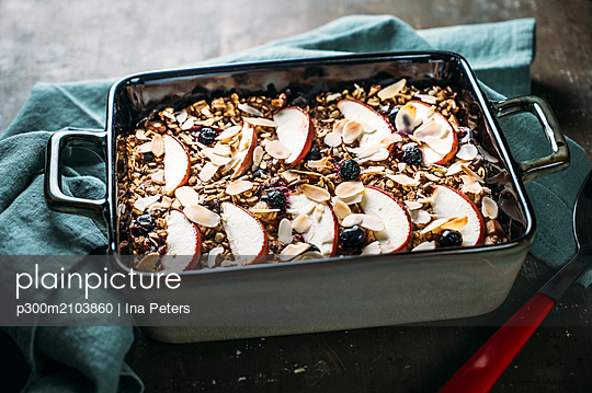 Baked Oats with apple, blueberry, almond, almond milk and linseed - p300m2103860 by Ina Peters