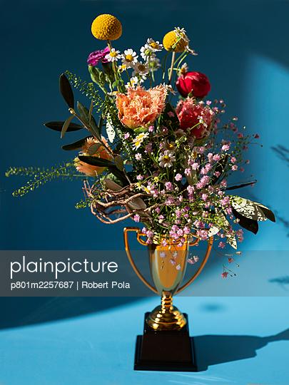 Pokal mit Blumenstrauß - p801m2257687 von Robert Pola