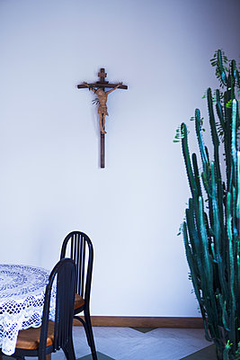 Crucifix in living room - p1149m1573358 by Yvonne Röder