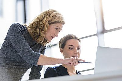 Two women working on laptop in office - p300m2154629 by Buero Monaco