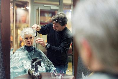 Senior woman getting new hair cut - p300m978065f by Frank Röder