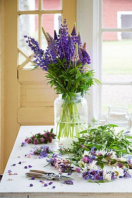 Fresh flowers in vase - p312m1533247 by Anna Kern