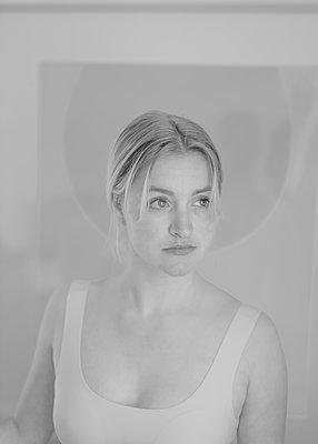 Junge Frau, Portrait - p552m2090238 von Leander Hopf