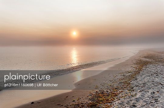 Ostseestrand in Kühlungsborn West bei Sonnenaufgang, Ostseebad Kühlungsborn, Mecklenburg-Vorpommern, Deutschland - p1316m1160698 von Ulf Böttcher