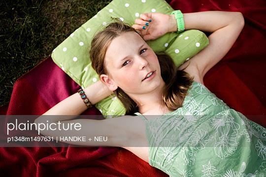 Jugendliche entspannt sich - p1348m1497631 von HANDKE + NEU