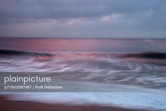 Malerischer Sonnenuntergang am Strand von Nazaré - p719m2081957 von Rudi Sebastian
