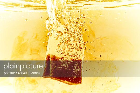 Teebeutel in kochendem Wasser - p851m1148640 von Lohfink