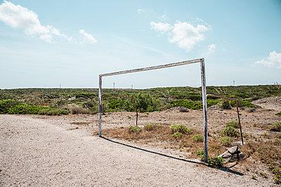 Fußballtor auf einem Fußballplatz in Es Mutar auf Menorca - p1162m1491419 von Ralf Wilken